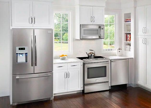 cocina con refrigerador puerta francesa