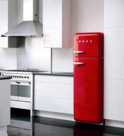 cocina con refrigerador de color rojo